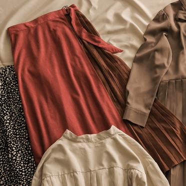 2019秋冬トレンドのフェイクスエードラッププリーツスカートの画像